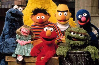 Parte dos personagens de 'Sesame Street' (Vila Sésamo) dos Estados Unidos: Cookie Monster (no Brasil, Come-Come), Prairie Dawn (Sofia), Berth (Beto), Elmo, Ernie (Ênio), Oscar e Grover.