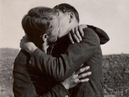 Detalhe de uma foto instantânea que mostra um casal beijando-se.