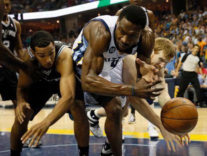 Tony Allen, quando jogava pelo Memphis Grizzlies, disputa pela bola com Cory Joseph e Matt Boner, do Spurs.