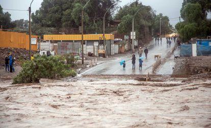 Moradores observam o transbordamento do rio em Copiapó, Chile.