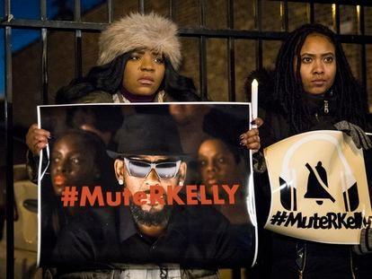 Ativistas do movimento #MuteRKelly (Silenciemos R. Kelly) em um protesto contra o cantor na porta de seu estúdio em Chicago, em 2019.