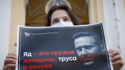Uma mulher segura um cartaz de apoio a Navalni durante uma concentração de apoio ao líder de oposição russo, nesta quinta-feira, em São Petersburgo.