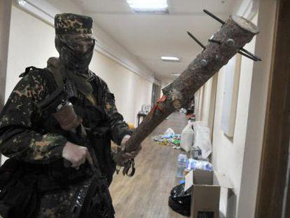 Um miliciano pró-russo em um prédio estatal em Donetsk.
