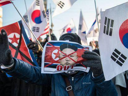 Manifestantes protestam nesta terça-feira pela chegada da delegação da Coreia do Norte para participar nos Jogos Olímpicos de Inverno na cidade de Donghae, na Coreia do Sul.