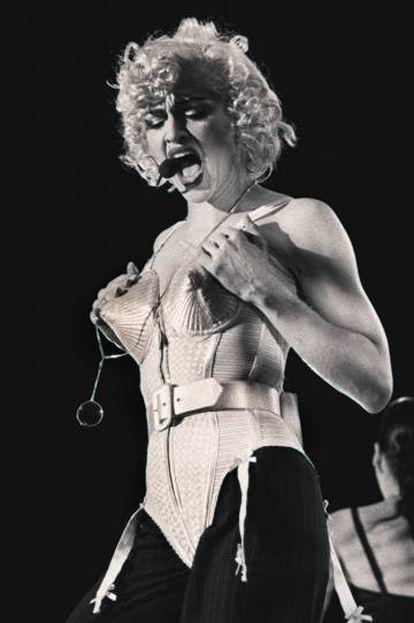 Madonna, com um modelo de Gaultier, em seu show em Madri, em julho de 1990.