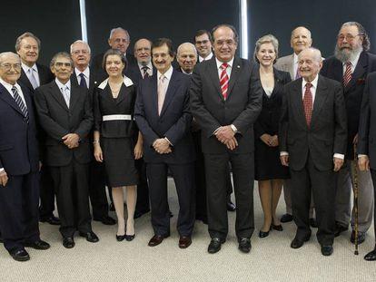 Em foto de dezembro de 2009, o ministro Gilmar Mendes recebia os colegas que compunham a Corte do STF e ministros aposentados para almoço de confraternização.