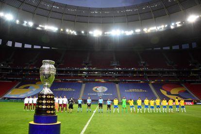 O troféu da Copa América durante a partida inaugural entre Brasil e Venezuela.
