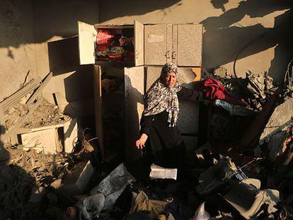 Uma mulher depois do bombardeio de sua casa em Gaza.