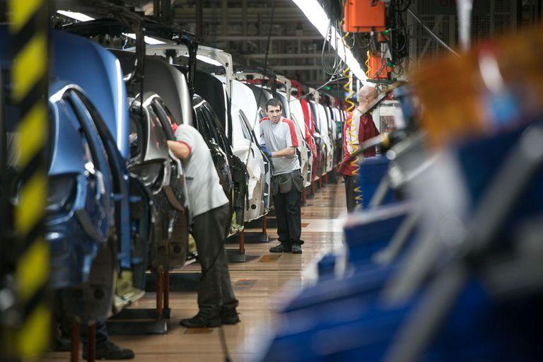 Operários em fábrica na Espanha.