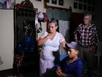 Momentos cuando doña Socorro Leiva observa la noticia en la televisión en la que mencionan que su hija, Meylin Obregón, está secuestrada por un grupo delincuencial.