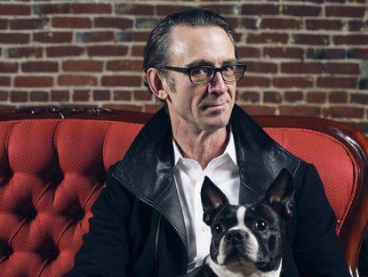 Chuck Palahniuk, durante a sessão de fotos no café Rose City, de Portland, com sua cachorra 'Egg'.