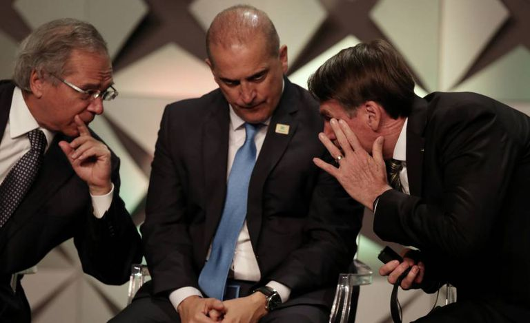 Paulo Guedes, Onyx Lorenzoni e Bolsonaro no Fórum de Investimento, em São Paulo, nesta quinta-feira.
