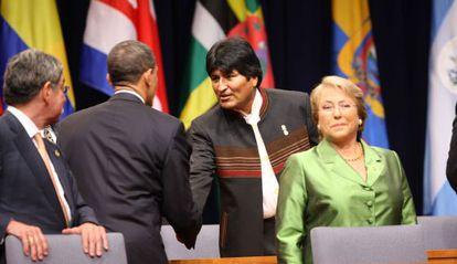 Morales e Obama cumprimentam-se na presença de Bachelet em 2009.