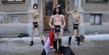 A ativista egípcia Aliaa Magda (no centro) protesta em Estocolmo.