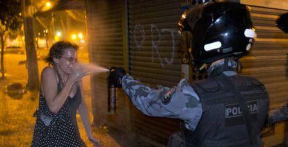 Policial usa gás de pimenta contra mulher em junho de 2013, no Rio.