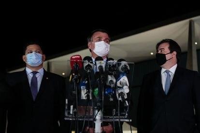 O presidente Jair Bolsonaro entre Davi Alcolumbre e Rodrigo Maia.