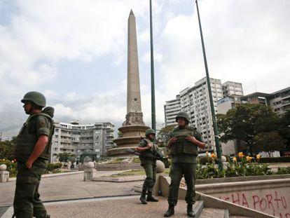 Oficiais da Guarda Nacional vigiam a praça Altamira.