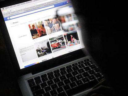 Um usuário consulta uma página do Facebook.