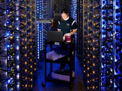 Uma técnica de Google trabalha em um centro de dados em The Dalles (EUA).