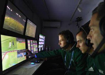 Árbitros de vídeo conferem todos os lances em cabine no estádio.