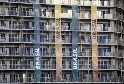 A Vila Oímpica, em Tóquio, decorada com bandeiras da delegação brasileira de atletas olímpicos, nesta segunda-feira.