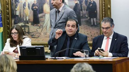 O relator Marcelo Freitas, de gravata preta, na sessão da CCJ.