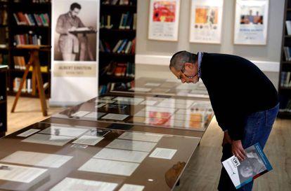 Exibição de manuscritos de Albert Einstein na Universidade Hebreia de Jerusalém.