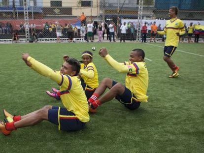 Jogadores colombianos comemoram uma vitória no campinho montado no Largo da Batata, em São Paulo.