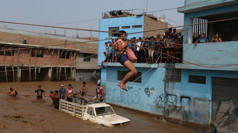 Resgate de uma mulher depois de inundação no Peru