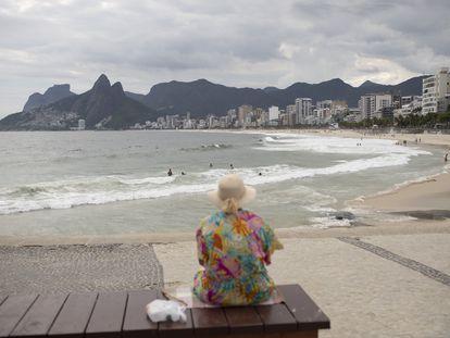 Senhora na praia do Arpoador, no Rio.