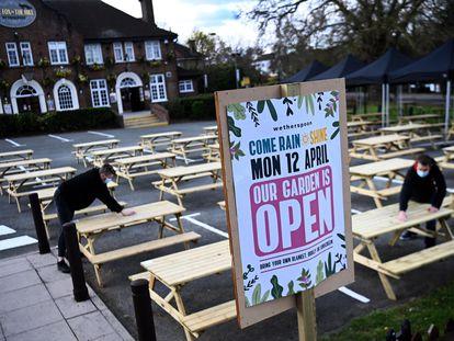 Bares e 'pubs' do Reino Unido se organizam para a segunda fase de reabertura após meses de 'lockdown' . Pubs, restaurantes e lojas reabrirão a partir de 12 de abril. Pubs só poderão servir comidas e bebidas ao ar livre.
