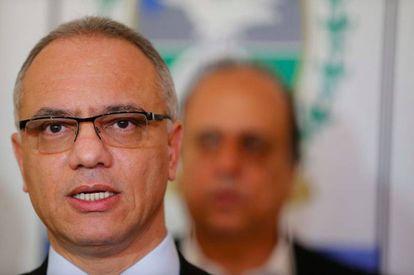 O secretário de Segurança Pública do Rio, Roberto Sá, com o governador Luiz Fernando Pezão ao fundo.