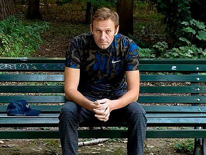 O oposicionista russo Alexei Navalni sentado em um banco de Berlim, em 23 de setembro.