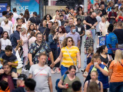 Pedestres caminham em Londres na segunda-feira