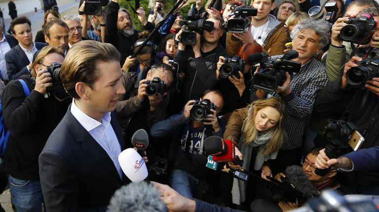 Sebastian Kurz atende a imprensa antes de participar de um debate na TV.