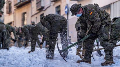 Profissionais das Forças Armadas foram mobilizados para ajudar na limpeza em Toledo.