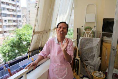 Uma empregada filipina, após estender a roupa na casa onde trabalha.