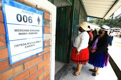 Indígenas durante o primeiro turno das eleições no Equador, em 7 de fevereiro, em Cuenca.