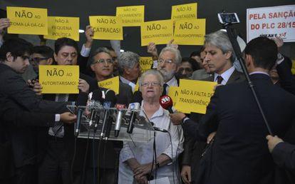 Parlamentares protestam contra Cunha na quinta-feira.