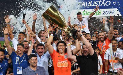 Deputado Cauê Macris ergueu a taça de campeão com o goleiro Cássio.