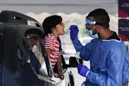 Trabalhador de saúde tira amostra de uma criança para teste de covid-19 em 3 de setembro em Jerusalém.