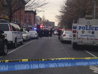 Polícia fecha rua onde dois agentes foram mortos em NY.