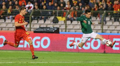 Hirving Lozano, do México, domina a bola diante do belga Meunier.