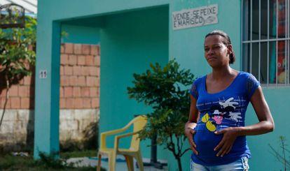Jaqueline Ferreira do Nascimento, em frente à casa onde vive, na Vila Tatuoca.