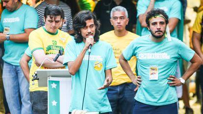 Kim Kataguiri, Renan Santos e outros membros MBL protestam a favor do impeachment de Dilma, em março de 2016.