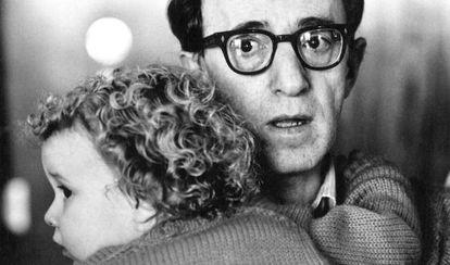O cineasta Woody Allen com a filha Dylan Farrow em 1987, então uma criança de dois anos.