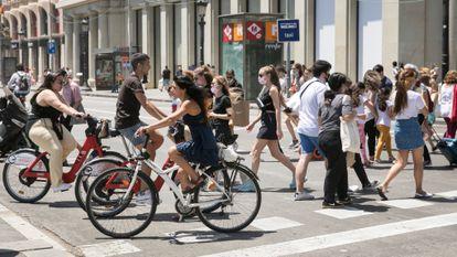 Ciclistas e pedestres na praça Catalunya, em Barcelona.