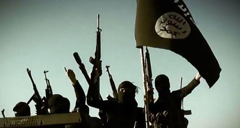Captura de um vídeo de março de 2014 no qual se veem milicianos jihadistas do Exército Islâmico do Iraque com seu armamento em um veículo na província de Anbar. / AFP