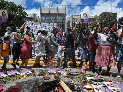 Ativistas comemoram, em frente à Corte Suprema de Justiça de Honduras, a condenação de David Castillo Mejía como coautor do homicídio da ambientalista Berta Cáceres.