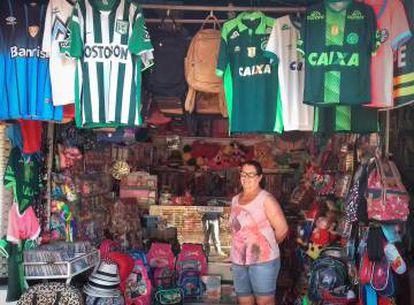 Barraca da Dona Odete vende camisas da Chape e do Atlético Nacional.